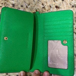 Michael Kors Bags - Michael Kors Wristlet for IPhone X 💚